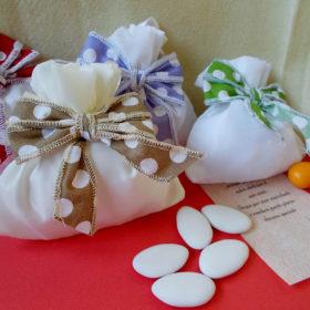 cod.SCH700 Sacchettino bianco con fiocco pois – 6 colori a scelta: verde, nocciola, lilla, rosso, celeste, rosa