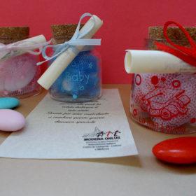 cod.VS720 Vasetto in vetro con tappo in sughero – cm5,5×4,5 – disponibili nei colori celeste e rosa (battesimo) – rosso con stampa cappellino tocco per laurea