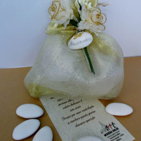cod.A970 Sacchettino anniversario con decoro roselline e confetto – disponibile in oro e argento