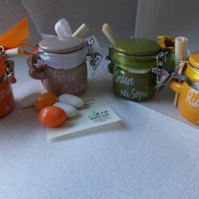 bomboniere solidali cod.3020 Barattolino portaspezie in ceramica cm.5x5 - 4 scritte - 4 colori assortiti: arancione, tortora, verde, giallo