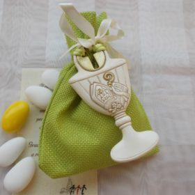 cod.RR6040 Calice in resina con croce e tiara cm 9x4,5 confezionato su sacchettino in tessuto juta verde (colore a scelta)
