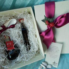codSCT1Scatola contenente 2 ampole di balsamico di Modena + cucchiaino per assaggio – dimensione scatola cm.23X20 – disponibile nei colori: avana – bianco burro – bordeaux