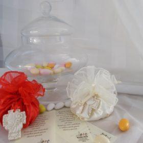 cod.6030 Sacchettino rooso in raso con croce e tiara in resina (cresima) e sacchettino bianco in raso con croce e teca porta ostie in resina (Comunione)