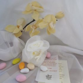 cod.SCH4030 Sacchettino  in organza di colore bianco con bocciolo di rosa