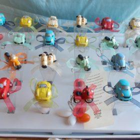 bomboniere solidali cod.VS24VL Vassoio completo di 24 portachiavi veicoli vespa /automobile confezionati su conetto pvc contenente 5 confetti