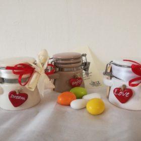 cod.VS3090 Vasetto in ceramica cm6x5.5 bianco, panna, tortora con cuoricino rosso e 3 scritte assortite