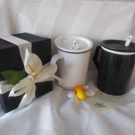 cod.VS3070 Tazza scrivibile in porcellana con cucchiaio - 2 colori assortiti cm.10x8,5 con box