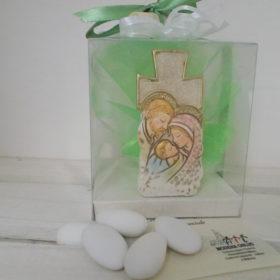 cod.RR7010 Croce in resina colorata con Sacra Famiglia - confezionata in box pvc cm. 8x9
