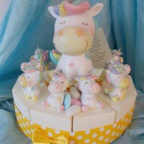 cod.TR11UC Torta Unicorno stilizzato in resina con soggetto centrale salvadanaio - disponibile nel formato 11 o 15 fette